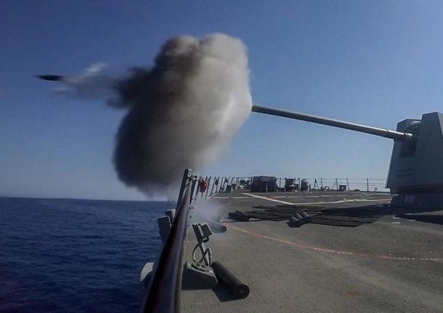 Wystrzał z okrętu podczas manewrów wojskowych Eagle Response 2018 na Morzu Czerwonym