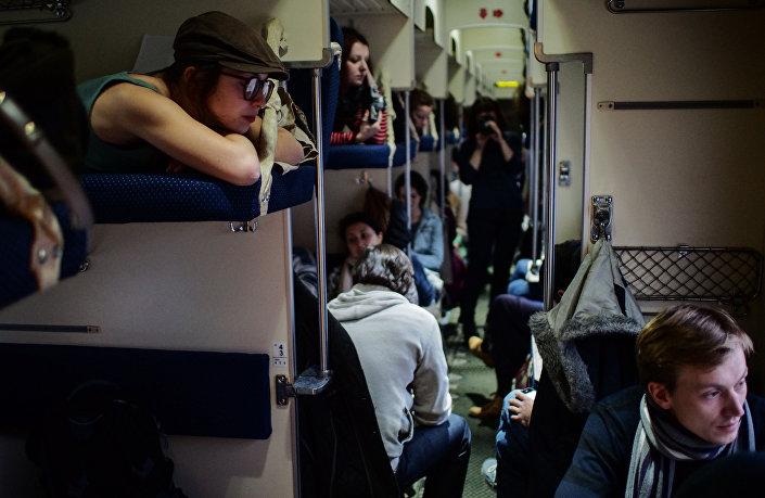 Pasażerowie w wagonie bezprzedziałowym na Dworcu Kazańskim w Moskwie