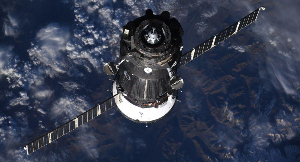 """Statek """"Sojuz MS-09"""" z załogą MSK-56/57"""