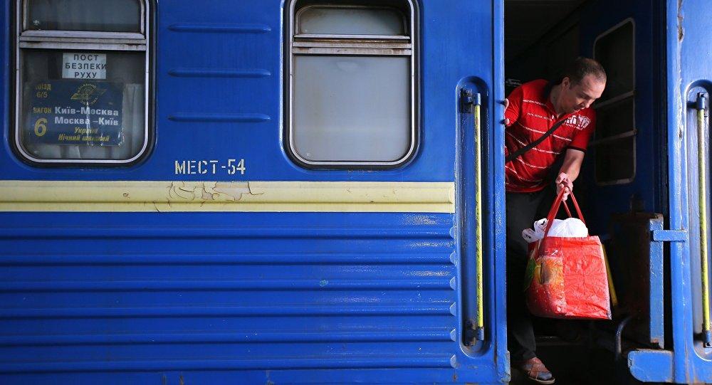 Pociąg relacji Kijów-Moskwa na dworcu kolejowym w Kijowie