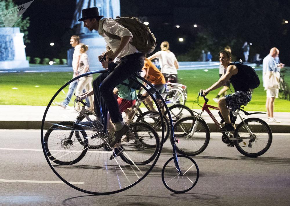 Nocna parada rowerów w Moskwie