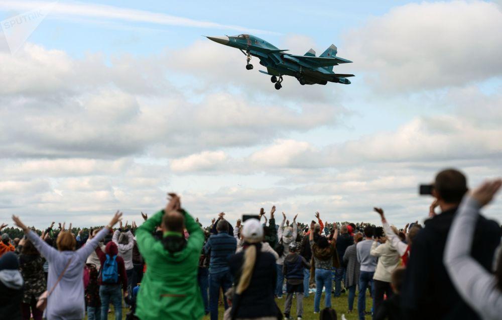 Samolot Su-34 podczas święta Gdzie my - tam zwycięstwo