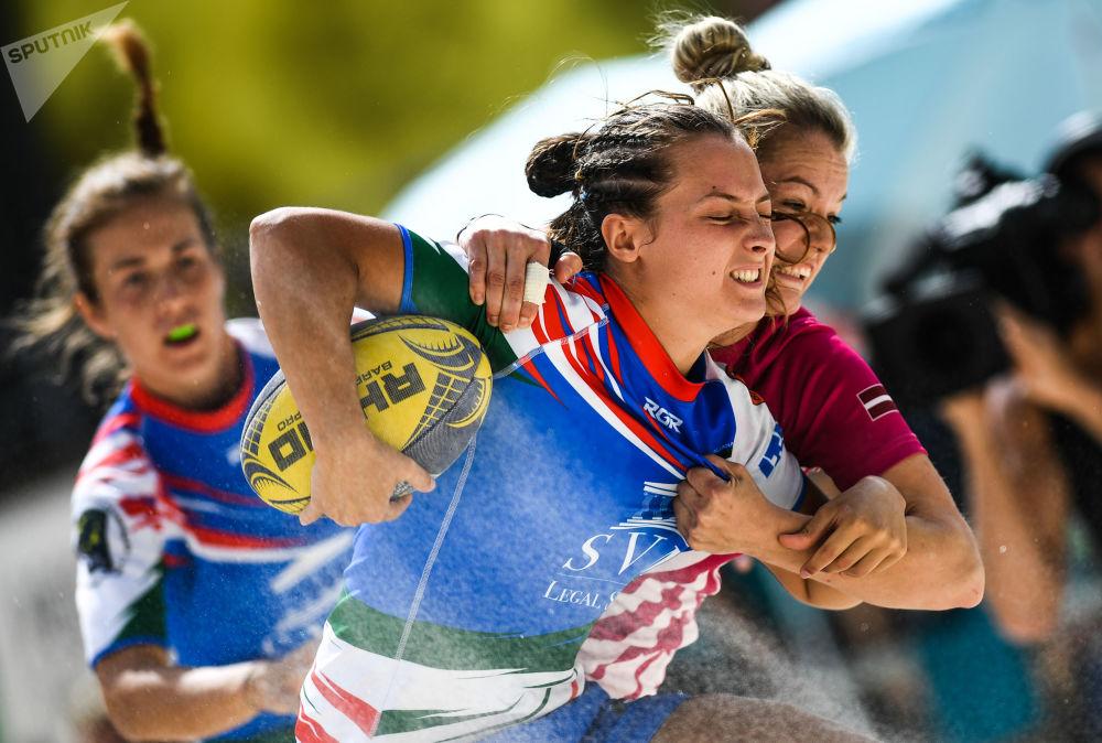 Mecz mistrzostw Europy w rugby plażowym między zespołami Włoch i Łotwy