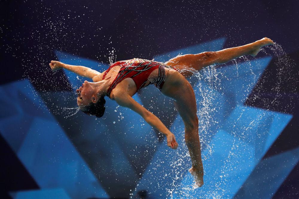 Zawodniczka występująca w finale mistrzostw Europy w pływaniu synchronicznym w Glasgow, Wielka Brytania
