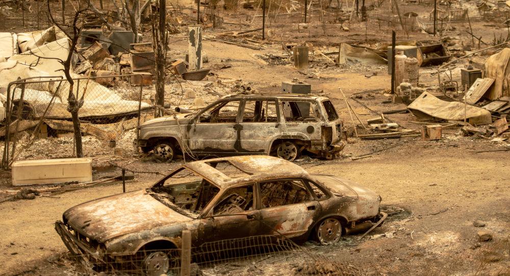 Spalone samochody po pożarze w Kalifornii