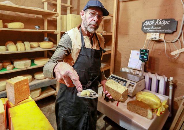 Amerykański farmer Jay Robert Close sprzedaje ser własnej roboty
