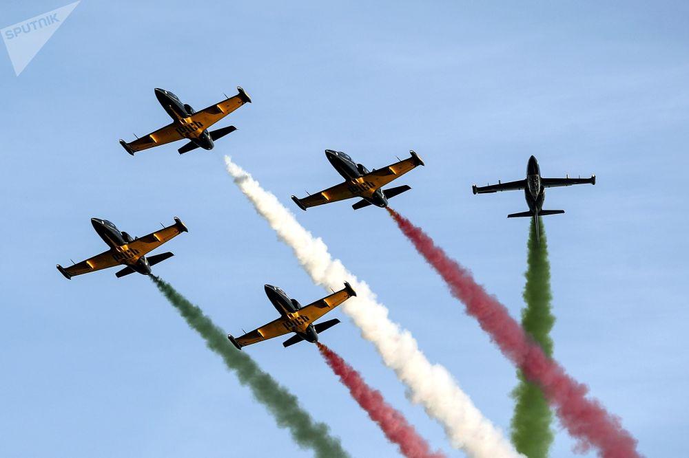 Występ zespołu akrobacyjnego rosyjskich sił powietrznych Ruś