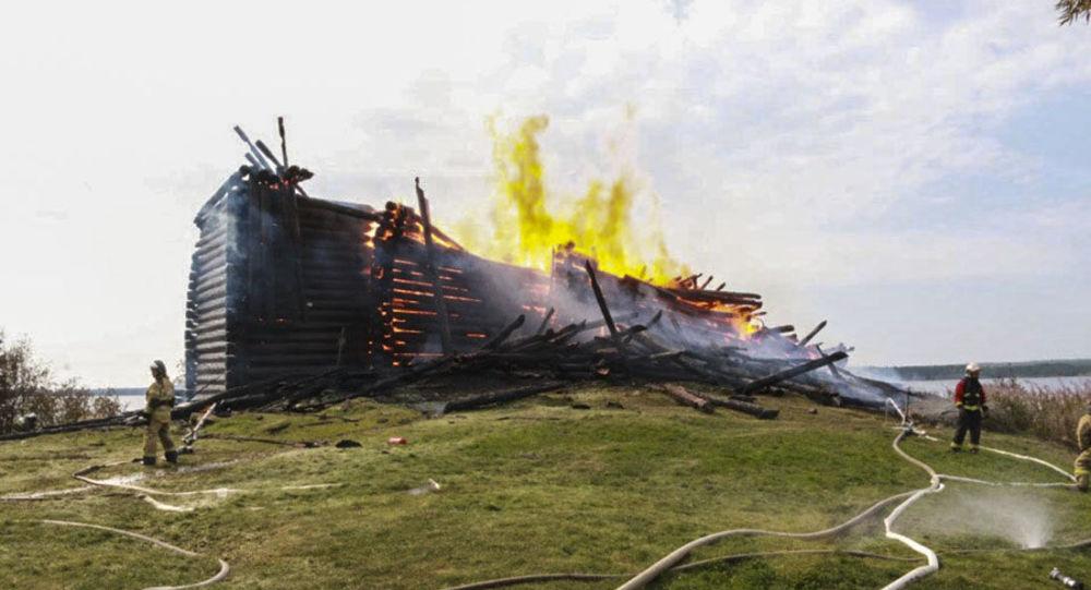 Ogień zniszczył  XVIII-wieczną Cerkiew Zaśnięcia Bogurodzicy w Karelii