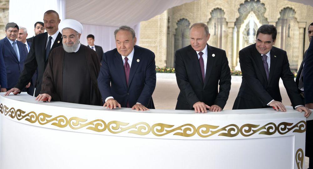 Prezydent Rosji Władimir Putin na ceremonii wypuszczenia narybku jesiotra przez państwa członkowskie V Szczytu Kaspijskiego w Aktau