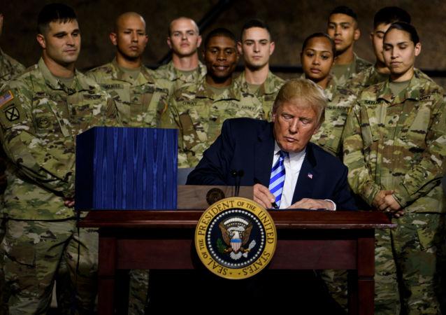 Amerykański prezydent Donald Trump podpisuje budżet obronny w bazie wojskowej Fort Drum w stanie Nowy Jork