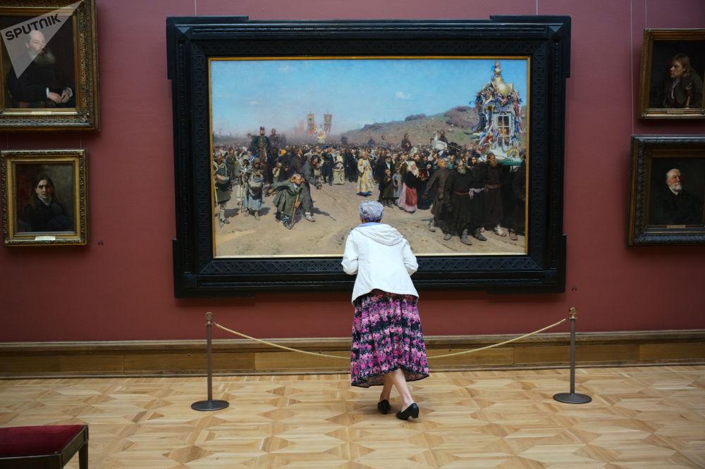 Odwiedzający Państwową Galerię Tretiakowską w Moskwie