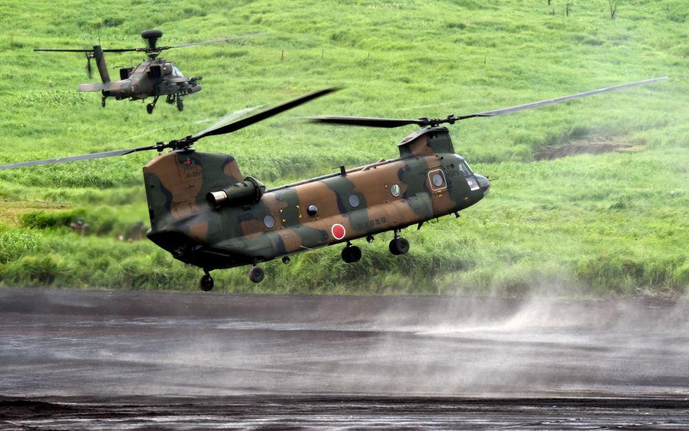 Wielozadaniowy śmigłowiec CH-47 Chinook podczas corocznych ćwiczeń wojskowych w Japonii