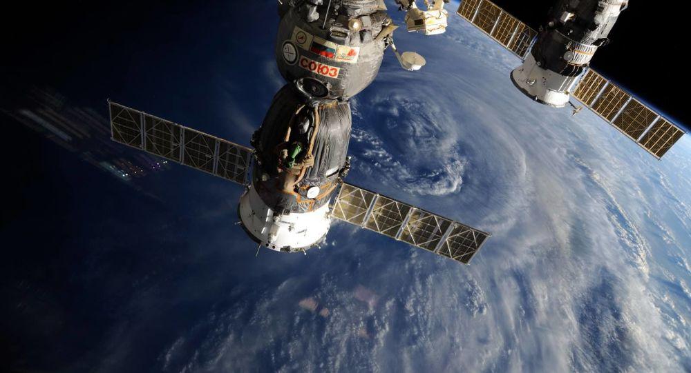 Rosyjskie statki kosmiczne Sojuz i Progress na tle Ziemi