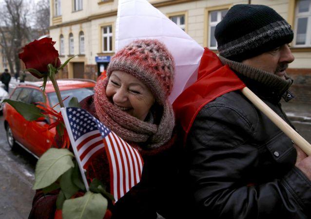 Polacy witają amerykańskich żołnierzy
