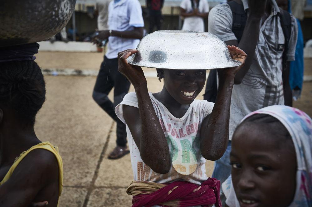 Dziewczyna podczas protestu przeciwko obecnemu prezydentowi Mali w Bamako w przededniu drugiej tury wyborów prezydenckich