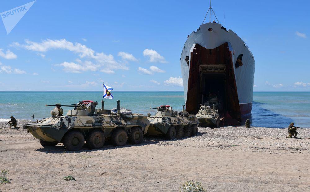"""Desant z dużego okrętu """"Nikołaj Filczenkow"""" na ćwiczeniach taktycznych w Abchazji"""