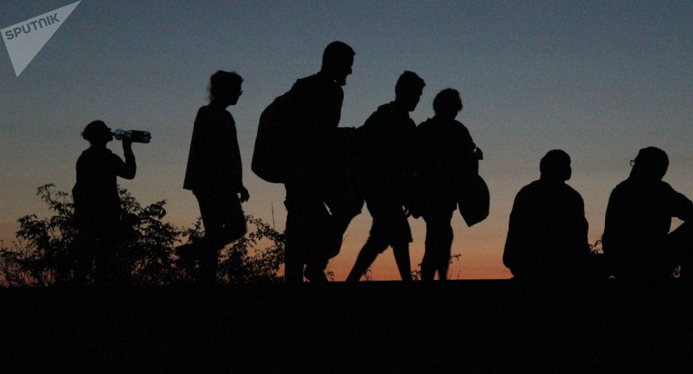 Uchodźcy z Bliskiego Wschodu, którym udało się przekroczyć serbsko-węgierską granicę, idą piechotą do Austrii i Niemiec