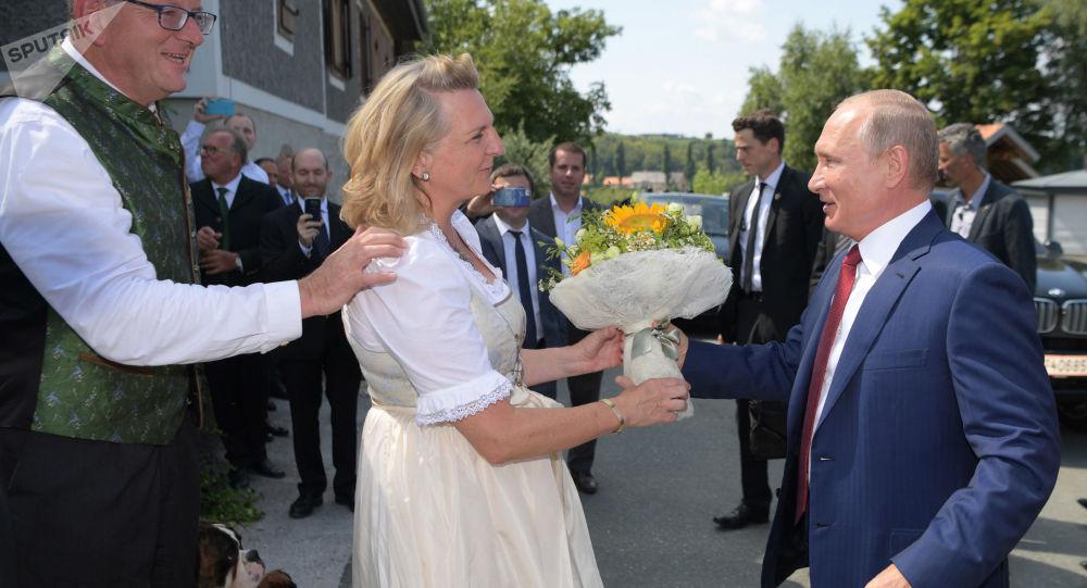 Prezydent Rosji Władimir Putin daje kwiaty minister spraw zagranicznych Austrii Karin Kneissl na jej ślubie z finansistą Wolfgangiem Meilingerem
