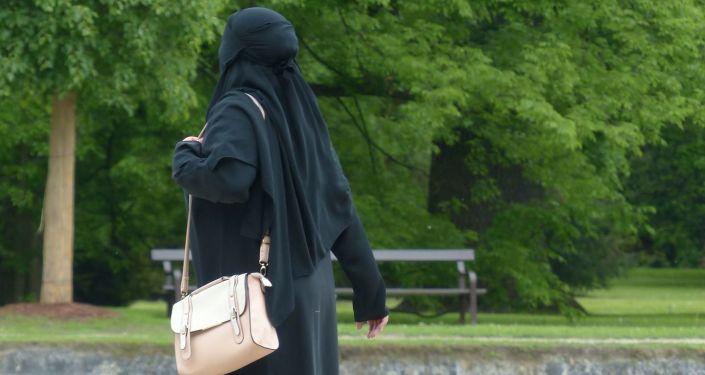 Muzułmańska kobieta w parku
