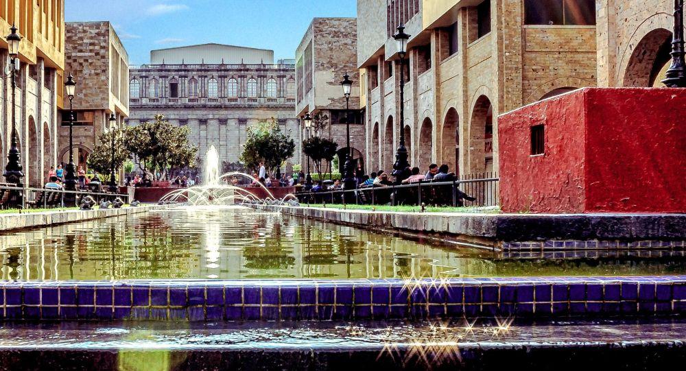 Widok na plac w mieście Guadalajara, Meksyk