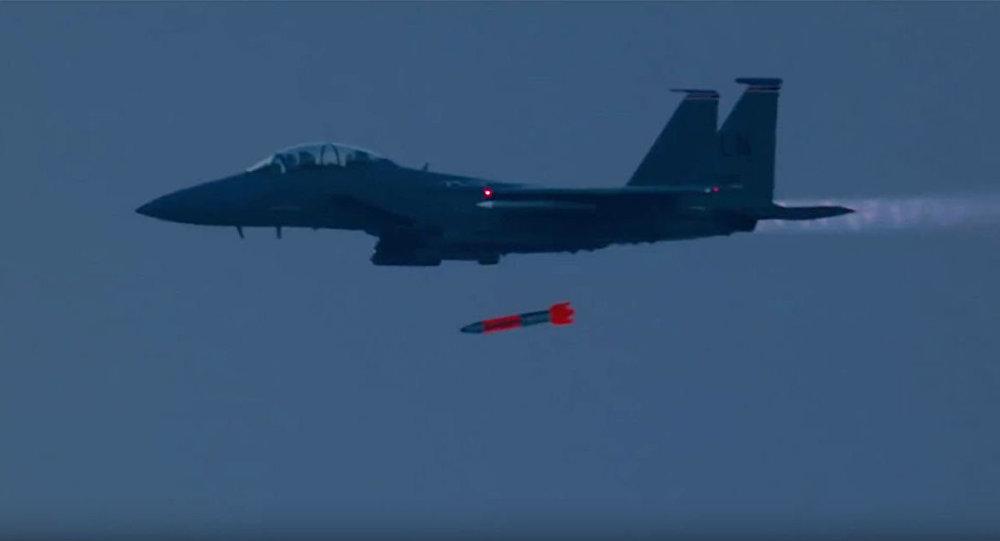 """Myśliwiec F-15 """"Strike Eagle"""" zrzuca bombę jądrową B61"""
