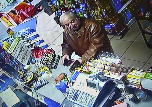 Były pułkownik GRU Siergiej Skripal zarejestrowany przez kamerę monitoringu w sklepie spożywczym w Salisbury