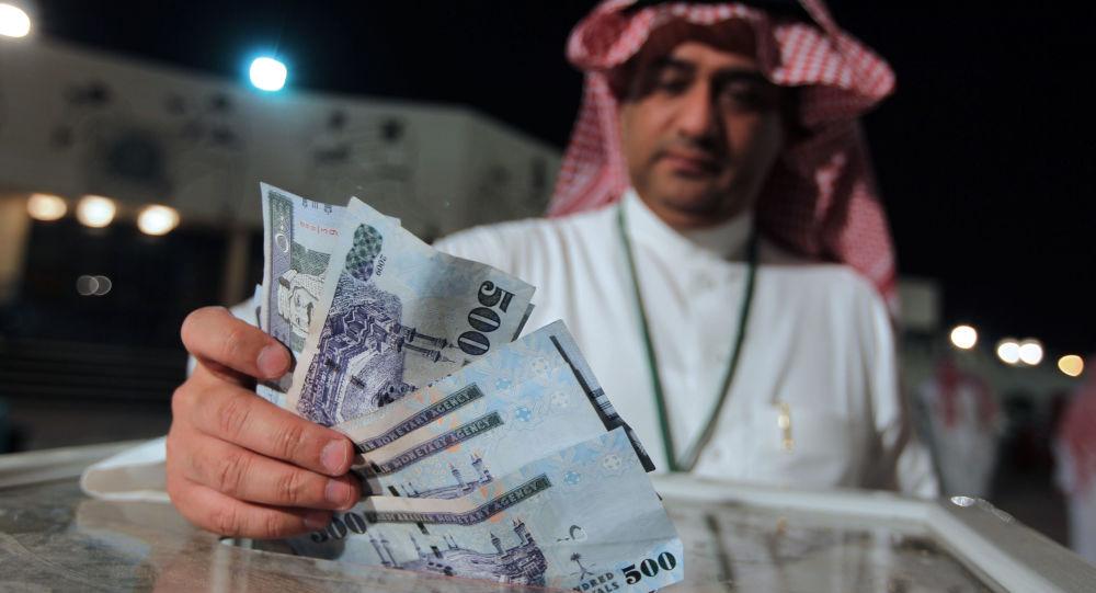 Saudyjczyk z krajowymi banknotami