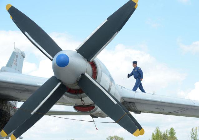 Strategiczny samolot bombowy Tu-95MS w bazie lotniczej sił powietrznych Rosji