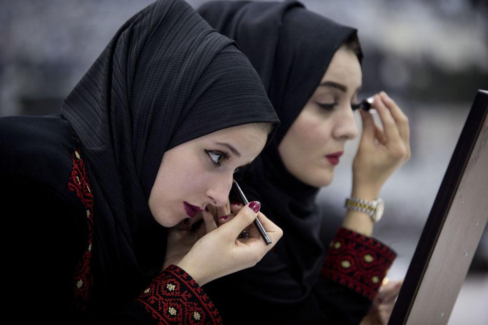 Panne młode przygotowują się do masowego ślubu w Palestynie