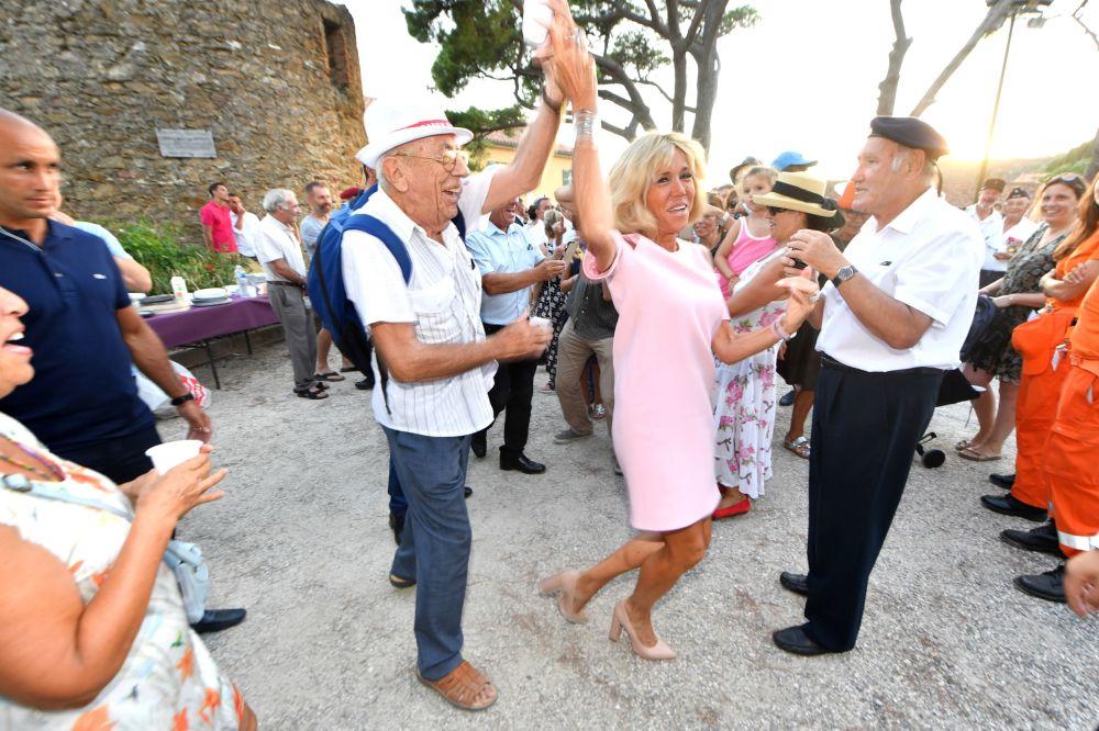 Brigitte Macron bierze udiał w obchodach 74. rocznicy wyzwolenia miasta Bormes-les-Mimosas we Francji