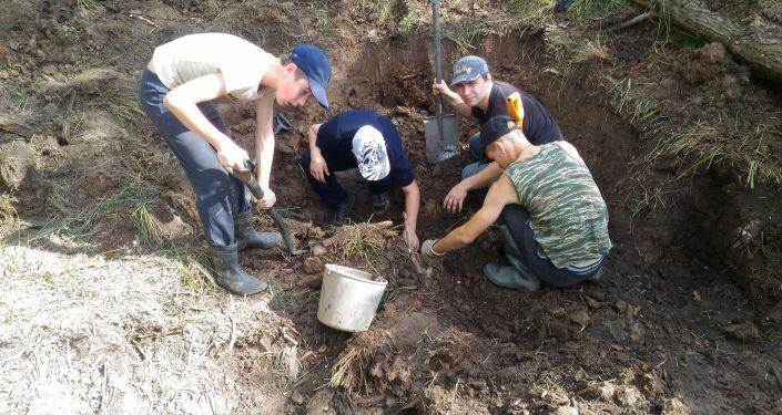 Poszukiwania szczątków radzieckich zołnierzy pod Starą Russą w obozie Dulag 150