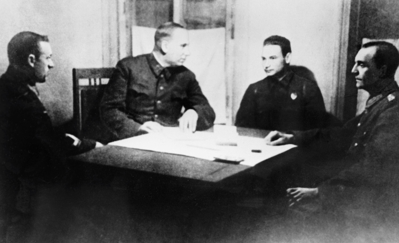 Gen. płk artylerii Nikołaj Woronow i dowódca Frontu Dońskiego generał porucznik Konstanty Rokossowski przesłuchują feldmarszałka Friedricha Paulusa w sztabie Frontu Dońskiego po Bitwie pod Stalingradem.