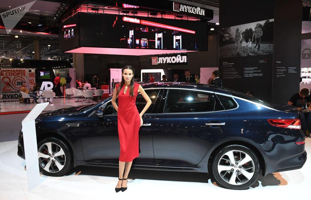 Modelka na stoisku firmy KIA na Międzynarodowym Salonie Samochodowym w Moskwie