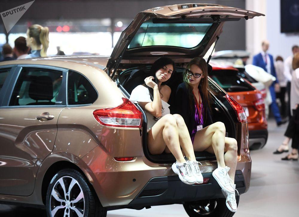 Modelki na stoisku firmy AwtoWaz na Międzynarodowym Salonie Samochodowym w Moskwie