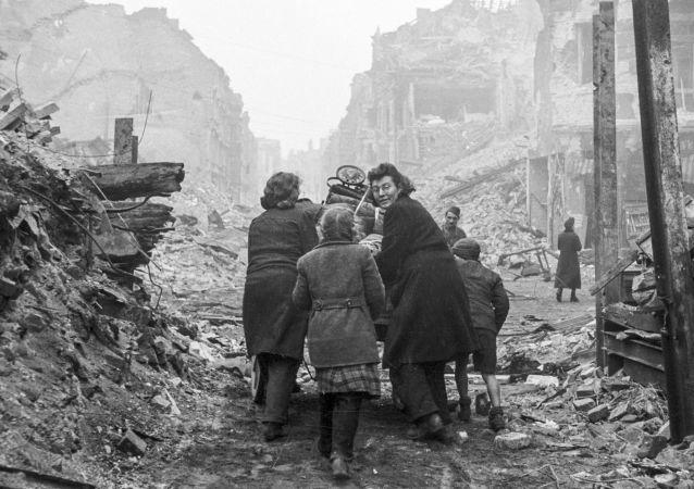Mieszkańcy Berlina wracają do domu po zrujnowanej ulicy. 1945 rok.