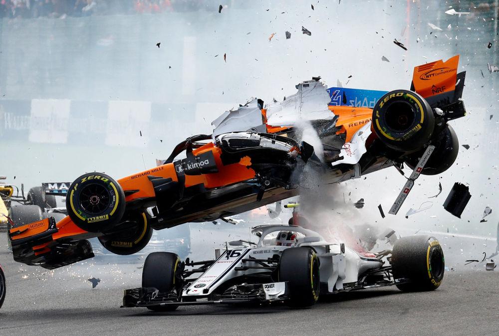 Zderzenie samochodów Fernando Alonso i Charlesa Leclerca na początku wyścigu Grand Prix Belgii