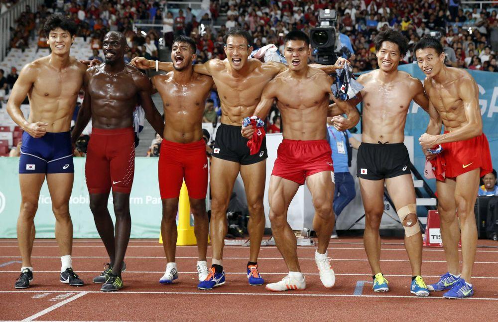 Uczestnicy dziesięcioboju męskiego po biegu na 1500 metrów podczas Igrzysk Azjatyckich w Dżakarcie