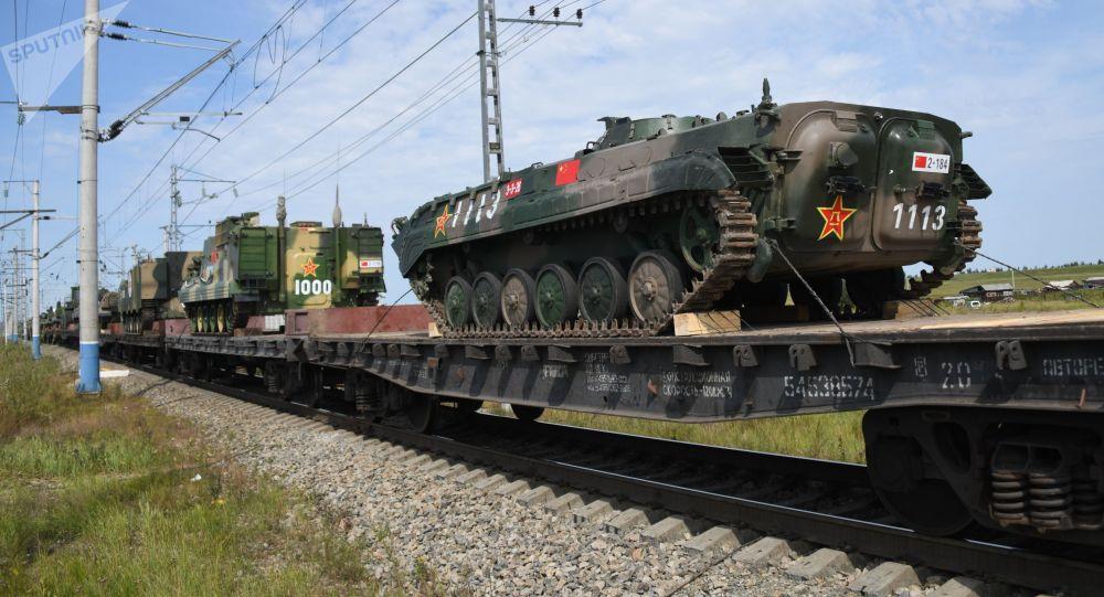 Eszelony z chińskimi żołnierzami i sprzętem wojskowym, którzy wezmą udział w ćwiczeniach wojskowych Wostok 2018, stacja Zabajkalsk