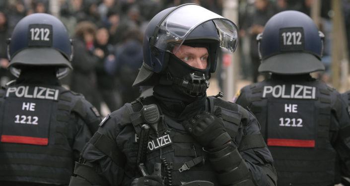 Niemiecka policja na wiecu nacjonalistów w Chemnitz