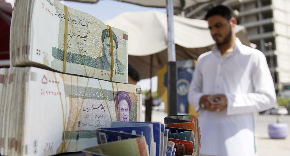 Pliki irańskiej waluty i irański handlarz w An-Nadżaf w Iranie