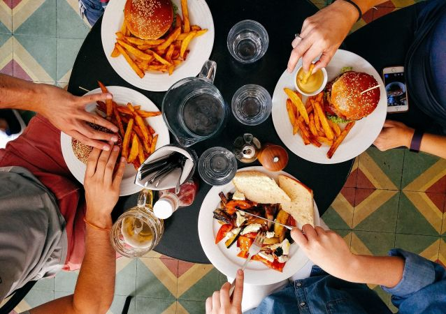 Ludzie podczas obiadu w restauracji