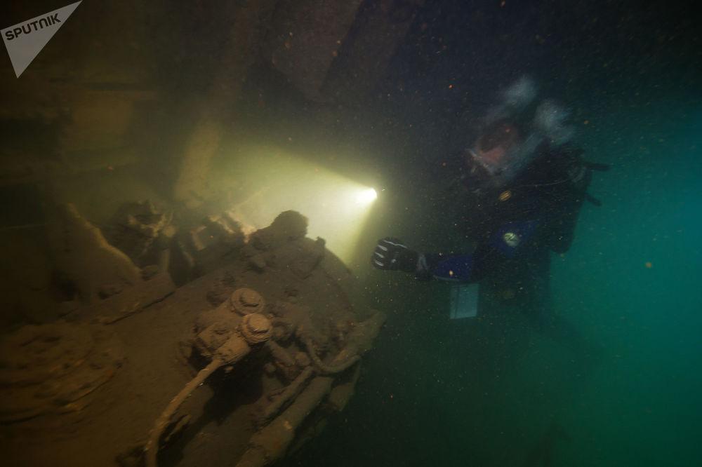 Zejście na zatopiony wojskowy kuter torpedowy