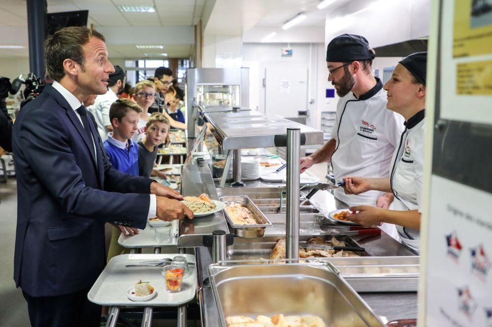 Emmanuel Macron je obiad w szkolnej stołówce