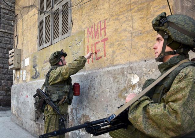 Rosyjscy inżynierowie wojskowi Międzynarodowego Centrum Antyminowego Sił Zbrojnych Federacji Rosyjskiej w Aleppo. Zdjęcie archiwalne