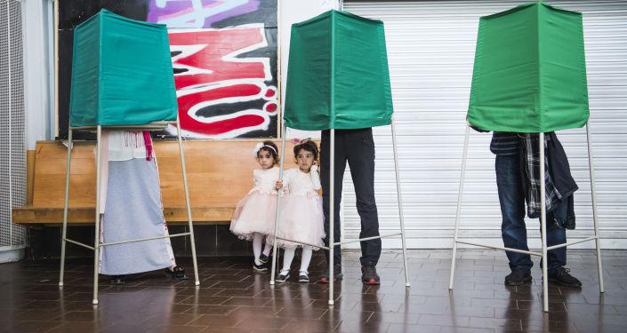 Głosowanie w lokalach wyborczych podczas wyborów parlamentarnych w Szwecji