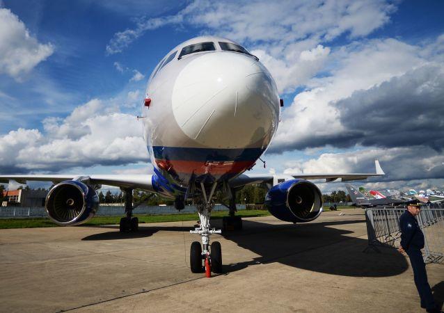 Samolot obserwacyjny Tu-214ON na lotnisku w Kubince