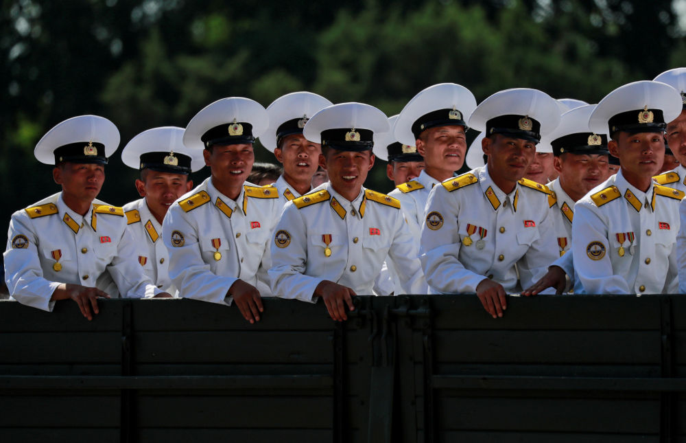 Marynarze po odwiedzeniu Muzeum Historii Naturalnej w Pjongjangu