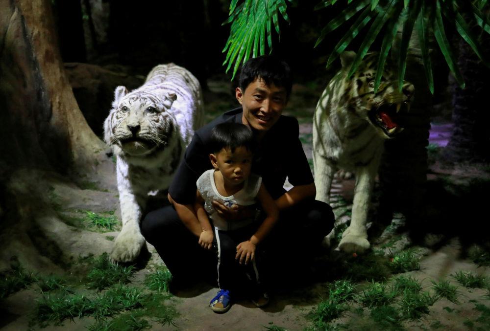 Goście Muzeum Historii Naturalnej w Pjongjangu
