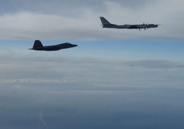 Rosyjski bombowiec Tu-95 ścigany przez amerykańskiego myśliwca F-22 Raptor w pobliżu Alaski