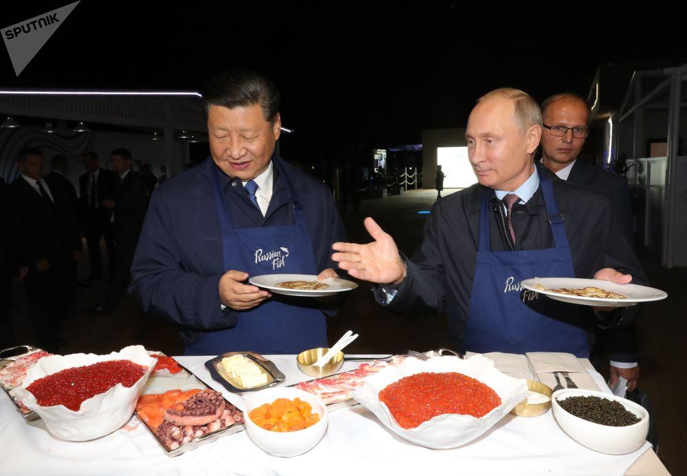 Przewodniczący Chin Xi Jinping oraz prezydent Rosji Władimir Putin na wystawie w ramach Wschodniego Forum Ekonomicznego we Władywostoku